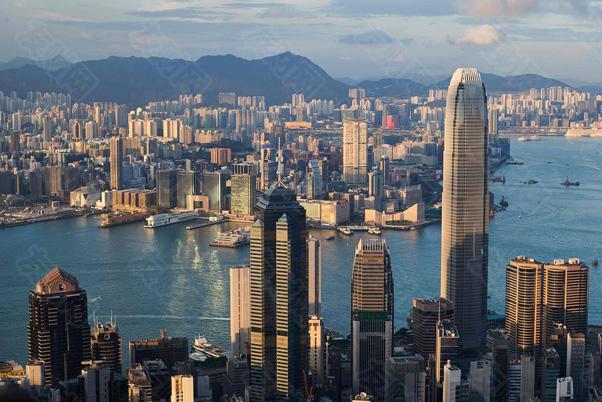 图中显著位置带尖顶的建筑便是香港中环中心d.jpg