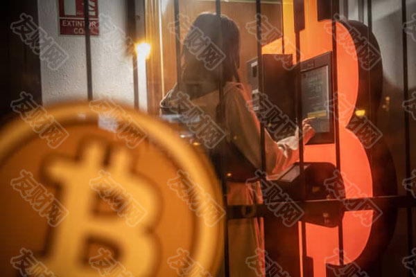 客户在西班牙巴塞罗那的自助服务亭中使用比特币自动柜员机(ATM)d.jpg