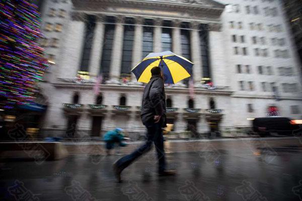 华尔街雨天行人d.jpg