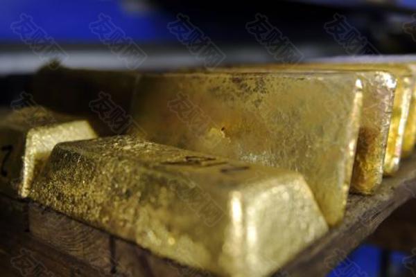 """【友财网外汇资讯】-""""若不是美联储主席鲍威尔继续释放鸽派声音,很难想象COMEX黄金期货价格能重回1820美元/盎司上方。""""一位华尔街对冲基金经理直言。  7月29日凌晨,美联储主席鲍威尔表示,尽管经济取得进展,但美联储距缩减购债还有距离。受此影响,美元指数刷新近半个月低点,至92.04附近,金价骤然上涨至1821.87美元/盎司附近。  在此前,受招商银行27日宣布逐步暂停与关闭""""招财金""""、个人纸贵金属双向交易、实盘纸黄金纸白银买卖业务的消息冲击,加之10年期美债收益率趋于回升,COMEX黄金期货交易价格一度跌至1790美元/盎司。  """"鲍威尔的讲话打了不少黄金沽空者一个措手不及。""""上述基金经理直言。此前,对冲基金押注招行关停个人贵金属业务使中国散户买盘减少,纷纷沽空黄金套利。  21世纪经济报道记者了解到,尽管金价重回1820美元/盎司整数关口上方,资管机构对黄金的配置热情却没有水涨船高。  7月29日,世界黄金协会发布最新数据显示,二季度全球黄金需求约合955.1吨,同比基本持平。值得注意的是,尽管二季度全球黄金ETF吸引40.7吨净流入,却无法抵消一季度大幅度流出。整个上半年,全球黄金ETF净流出量仍达到129.3吨。  一位国内私募基金贵金属交易员向记者表示,上半年全球机构大举撤资黄金ETF,表明大型资管机构正选择低配黄金。究其原因,一是美联储迟迟未能扣动收紧QE扳机,投资机构偏好投资风险资产以博取高回报;二是他们对下半年美债收益率回升抱有较高预期,鉴于美债收益率与黄金价格存在极高负相关性,因此缺乏增加黄金资产的兴趣。  """"这种低配状况可能会在下半年延续。""""上述交易员指出。不同于其他大宗商品存在供需趋紧状况,黄金供应相当充足,可能制约各类机构提升黄金投资占比的兴趣。  黄金沽空算盘意外受挫  上述华尔街对冲基金经理向记者透露,尽管金融市场对中国银行业金融机构逐步关停个人贵金属交易类业务早有预期,但在招行发布相关公告后,金融市场仍掀起一轮黄金白银沽空潮,COMEX黄金期货交易价格一度跌至1790美元/盎司,COMEX白银期货则跌至4月底以来最低点24.47美元/盎司。  """"不少华尔街投资机构认为,越来越多中国银行业金融机构选择关停个人贵金属交易业务,来自中国的散户抄底买盘骤降,黄金白银价格再度失去一个重要的支撑,加之美债收益率回升,恰恰形成了绝佳的沽空机会。""""上述对冲基金经理分析。这意味着,原先对黄金采取空头回补的对冲基金又再度重拾沽空策略。  美国商品期货交易委员会(CTFC)发布的最新数据显示,截至7月20日当周,对冲基金为主的资产管理机构持有COMEX黄金期货期权净多头头寸较前一周增加582600盎司。需要注意的是,净多头之所以增加,是因为对冲基金选择了空头回补,当周他们持有的COMEX黄金期货期权空头头寸骤降599700盎司。  然而,正当空头们庆幸重启沽空策略有望收获不菲回报之时,鲍威尔的一番鸽派言论突然打乱了他们的算盘。  在鲍威尔发声后,美元指数跌至过去两周以来最低点92.04附近,以美元计价的黄金等大宗商品上涨动能凸显,驱动众多量化基金迅速加入买涨阵营,使COMEX黄金期货价格重回1820美元/盎司上方。  """"这无疑打了黄金沽空者一个措手不及,不少刚重启沽空策略的对冲基金不得不迅速平仓止损。""""上述华尔街对冲基金经理指出。  部分沽空机构仍心有不甘,他们选择在1830美元/盎司附近加码沽空头寸,押注金价无法延续涨势。  """"他们的判断来自于,当前多数大型资管机构受制美联储或在三季度收紧QE,以及美债收益率回升预期升温,延续低配黄金策略。""""上述基金经理分析。尤其是上半年黄金ETF呈现129.3吨净流出,凸显全球资管机构仍不愿大幅提升黄金配置比例,金价回升似乎缺乏足够多的资本支持。  机构配置黄金热情不再  值得注意的是,在上半年黄金ETF遭遇资本流出之际,全球央行增持黄金浪潮持续升温。  世界黄金协会发布的最新数据显示,二季度全球央行的黄金储备增加199.9吨,今年上半年全球央行的黄金净购买量达到333.2吨,较过去五年上半年平均购金水平高出39%,较过去十年平均水平高出29%。其中,二季度泰国、匈牙利、巴西央行的黄金购入量最大。  在TD Economics高级经济学家James Marple看来,这些国家央行之所以大举增持黄金储备,一是优化外汇储备的资产配置结构,从而抵御通胀压力高企的冲击;二是有助于本国货币汇率稳定,以应对美联储提前收紧QE政策带来的汇率剧烈波动影响。  不过,央行加码黄金储备能否点燃市场买涨热情,仍是未知数。  前述国内私募基金贵金属交易员告诉记者,当前黄金的供需关系相对宽裕,不足以支撑金价大幅上涨与投资机构猛烈追捧。具体而言,上半年黄金需求同比下降10%,但黄金总供应量同比增长4%,"""