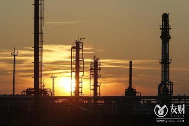 【友财网外汇资讯】-据媒体援引知情人士报道,全球最大的石油公司沙特阿美(Saudi Aramco)正在考虑一项大胆的举措,向国外投资者开放世界上最大之一的非常规天然气田,从而为这个1100亿美元的项目筹措资金,以帮助其实现油气销售业务的多元化。  知情人士称,这家国有石油生产商正在与一家顾问公司合作,探讨为其庞大的Jafurah天然气田引入新的股权或债务投资,并已开始与包括大型大宗商品贸易商在内的潜在投资者进行初步谈判。  不过,知情人士也表示,相关讨论尚处于早期阶段,沙特阿美也可能会决定寻求其它途径为Jafurah的开发筹集资金。  罕见开放上游油气资产  值得注意的是,任何有关Jafurah的交易达成,都将标志着沙特阿美允许外国投资者持有其上游油气资产的突破。上世纪90年代末,该公司也试图引入大型石油公司以帮助开发石油储量,但均以失败告终。  据媒体今年4月报道称,沙特阿美今年早些时候开始对其上游业务进行评估,可能是采取这一行动的先兆。  据英国石油公司(BP Plc)称,沙特阿拉伯的天然气储量仅次于卡塔尔,是阿拉伯世界最大的国家。Jafurah气田是沙特政府的优先项目,因为他们希望减少对原油出口的依赖。据估计,该气田拥有200万亿立方英尺的丰富的原料天然气,沙特阿美预计将于2024年开始在那里生产,到2036年达到每天约22亿标准立方英尺的销售量。  自1980年沙特阿美被完全国有化以来,沙特能源行业的大多数外国投资都被限制在炼油厂和石化厂等下游资产上。之前,沙特阿美曾与荷兰皇家壳牌公司(Royal Dutch Shell Plc)和TotalEnergies SE等公司建立合资企业,在其境内勘探天然气。  自2019年上市以来,沙特阿美越来越多地向海外投资者敞开大门,为其750亿美元的股息承诺和庞大的资本支出需求融资。今年6月,沙特阿美以124亿美元的价格向外国投资者出售了其石油管道的少数股权。  另据媒体上月报道,该公司正考虑出售其天然气管道业务的少数股权,计划筹集至少170亿美元。  (来源:财联社)
