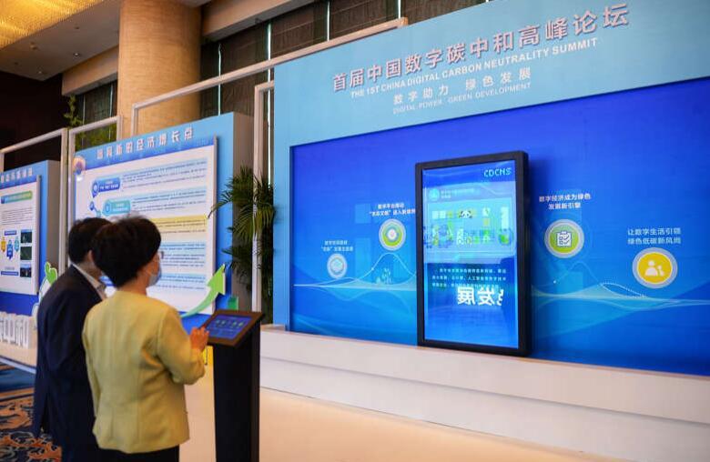 """【友财网外汇资讯】-作为国内智慧城市的知名专家,今年以来,中国信息通信研究院产业与规划研究所总工程师高艳丽明显感受到,""""碳中和""""里的数字机遇。  一面是我国力争2030年前实现碳达峰,争取2060年前实现碳中和。""""双碳""""目标,正在倒逼产业结构的调整,要求清洁能源在能源结构中提升占比;而这正是数字经济所擅长的工作——通过重塑产业结构,提升运行效率,实现治理数字化、能源绿色化,以及城市基础智能化转型。  数字碳中和,这是个新词,也是备受瞩目的热点。在国家""""十四五""""规划和2035年远景目标纲要里,碳中和路线图明确,并将数字经济、新能源、创新等要素作为实现碳中和目标的关键支柱。  9月7日,首届中国数字碳中和高峰论坛,来自全国的数字领域和碳中和领域的专家聚齐在成都,探讨在数字化的助力下,碳达峰、碳中和如何带动新的技术进步,引领新的发展方式,带来深入而广泛的经济社会变革。  从宏观来看,数字碳中和的发展,可以倒逼城市调整产业结构,加大清洁能源的使用,加速了经济转型和高质量发展的步伐;于企业、居民等微观群体而言,生产、生活亦将产生颠覆性改变。  这是数字碳中和发展的最好时代。  """"城市容纳了全球50%~60%的人口,但是消费了约70%的能源。""""首届中国数字碳中和高峰论坛上,中国工程院院士、云计算技术专家王坚在演讲中引用了一组数据。  他强调,在实现""""碳中和""""的过程中可以重视清洁能源的使用必须重视城市的主体作用——当城市资源使用效率得到巨大提升,城市人均资源消耗量远低于发达国家,且达到碳中和的情况下,城市依旧让人民生活水平有一个极大提升。值得注意的是,今年以来,总书记的多地考察,必看环保、必谈生态。其背后,也揭示了城市作为生活、生产的主体所承担的责任。  城市是中国气候行动的主战场之一。到2025年,中国城镇化率将接近65%;预计到2050年,将达到80%。在这个过程中,中国的城市转型,面临着摆脱化石燃料快速增长、向碳中和以及经济高质量发展转变的战略机遇。  数字碳中和,被诸多专家认为是城市低碳绿色发展的一条新路径。  比如,在王坚看来,目前最紧迫的是尽快实现城市数字化,包括通过数字化技术改变配置不合理所导致的能源浪费情况。  这不难理解。浙江浙大中控信息技术有限公司首席专家杨永耀告诉红星新闻记者,目前利用数字化技术,杭州东站已经实现旅客平均小时吞吐量提升22.6%,出租车平均小时吞吐量提升22.8%,旅客平均等候时长缩短28分钟——数字优化的背后,不仅是普通人出行的便捷,从宏观来看,也是城市减碳的一种可持续的路径。  但城市也必须意识到,数字碳中和开展后,能源转型等工业也将面临新的挑战,管理起来比过去要复杂。  比如,中国工程院院士杜祥琬提到一个小案例:当电力系统、能源系统的要素多起来了,各要素之间将主要靠数据来联系。这对政府提出了新要求——不光要懂数据,更要发展数据的水平和能力。  杜祥琬指出,政府一方面要制定好政策,让企业之间协调配合好,比如如何逐步减少传统电力和传统能源等比例,而新能源方面又要逐步增加,""""政策导向应该方向明确,不给社会带来一些不必要的损失""""。  当然,从长期来看,想要实现""""碳中和""""的目标,清洁能源是一个重要命题。去年底,总书记在气候雄心峰会上通过视频发表题为《继往开来,开启全球应对气候变化新征程》的重要讲话,宣布到2030年,我国非化石能源占一次能源消费比重达到25%,其中风电、太阳能发电装机达到12亿千瓦以上。  这对全国产业布局提出了新挑战。  会上,杜祥琬提出了一个新想法:""""让数据中心建到西部去""""。在他看来,中国西部有丰富的太阳能、风能,大数据的发展进程中,与其让能源不远万里传到东部,还不如把这些产业弄到西部去,就地使用太阳能、风能这些非化石能源。  对城市来说,""""数字碳中和""""风口,又何尝不是新机遇。  目前,全球碳排放量基本上来自工业、交通、楼宇及IT产业。而这些高耗能领域的脱碳,更加需要数字化的助力。  比如,在数字经济驱动低碳转型新跨越分论坛上,中国移动(成都)产业研究院总经理刘耕提到了""""低碳机房""""的概念——核心即是,利用新技术、新材料,通过提高PA效率、芯片集成度和使用液冷散热等措施,降低5G基站设备功耗。  """"低碳机房""""背后,是5G建设面临的""""3个3倍""""挑战——5G单站功耗是4G的3倍、5G网络站址密度是4G的3倍、5G建设成本是4G的3倍。据悉,该系统预计每年节约电量超2千万度,相当于减少2.2万吨二氧化碳排放。  5G小切口,折射了企业大视角。事实上,行业中的很多企业正在意识到数字化脱碳的关键——数字技术促进工业生产方式的绿色精益化、工业能源管理的绿色智慧化和资源循环的绿色高效化,而目前这仍处于规模化扩张窗口期,发展潜力巨大。  随着越来越多的数字碳中和场景逐渐浮现,涉及的不是单个企业,而是千千万"""