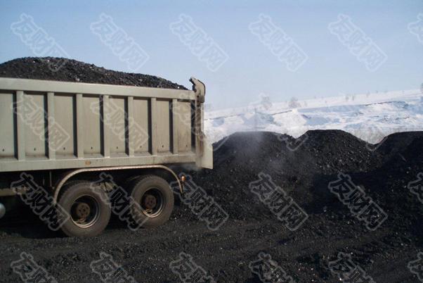 """【友财网外汇资讯】-全国煤炭交易中心副总经理李忠民表示,下一阶段,煤炭市场供需紧张局势将趋于缓解。当前增加供应力度很大,预计后续度冬时期,供热发电煤炭资源有充分保障,煤价不具备持续上涨的动力。  为保障今冬明春采暖季煤炭安全稳定供应,近期中央、地方多部门作出系列部署,补签煤炭中长期合同、压实中长期合同履约践诺责任、确定应急储煤基地、督导煤炭保供稳价等措施纷纷出台。  业内人士表示,目前,央地保障煤炭供应的力度相当大,预计煤炭后期量价走势有望企稳,重要的民生需求和经济社会发展合理的用能需求都能得到有效保障。  东北地区发电采暖用煤中长期合同全覆盖集中签约仪式9月25日在北京举行。至此,发电供热企业中长期合同占今冬用煤量的比重提高到100%,确保东北地区采暖季民生用煤需求。  煤炭中长期合同是煤炭供需双方签订执行期限明确、量价齐全、经铁路运力衔接的煤炭购销合同,执行""""基准价+浮动价""""价格机制。截至目前,2021年煤炭中长期合同整体执行率超过90%。国家发展改革委相关负责人表示,下一步,要继续提高煤炭中长期合同覆盖率,并将已签订的合同都纳入国家监管,确保合同执行率。  国家发展改革委9月24日组织晋陕蒙和有关产煤大市、重点煤炭企业召开专题会议。会议提出,经过衔接,今年四季度发电供热煤炭中长期合同煤源已全部分解到各重点产煤区。晋陕蒙和有关煤炭企业均表示,将在确保安全的前提下加快先进产能释放,全力增产增供,尽快将资源落实到企业,组织电力企业和煤炭企业尽快完成签约,保障冬季全国煤炭发电供热用煤稳定供应。  地方、企业也多措并举,全力推进采暖季煤炭稳价保供。  据辽宁省发展和改革委员会最新消息,为确保当地今冬明春采暖季发电供热的平稳运行,辽宁省遴选了沈阳北方煤炭市场有限公司等13家企业,作为辽宁省的省级应急储煤基地,旨在紧急状况下能调动储煤资源,确保居民用暖用电的正常运行。  多家企业主动降低煤炭销售价格。国家能源集团、中煤集团9月24日降低了其在秦皇岛港口的煤炭销售价格,其中,国家能源集团降低20元/吨,中煤集团降低10元/吨。同时,内蒙古伊泰集团、内蒙古青煤运销有限公司、浙江泓兴供应链公司等企业也承诺,在秦皇岛港办船的煤炭低于市场价格销售。  全国煤炭交易中心副总经理李忠民表示,下一阶段,煤炭市场供需紧张局势将趋于缓解。当前增加供应力度很大,预计后续度冬时期,供热发电煤炭资源有充分保障,煤价不具备持续上涨的动力。  """"各地冬储的经验也日趋丰富,东北三省很多企业提前冬储。再加上国家发展改革委在迎峰度夏刚刚进入尾声,就启动保障中长期合同全覆盖,为发电供热企业做好了前期供应准备工作,预计到度冬关键时期,煤价将维持在合理区间。""""李忠民表示。   (文章来源:上海证券报)"""