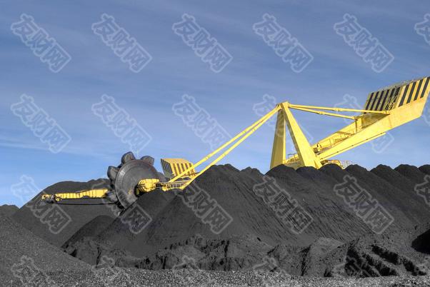 """【友财网外汇资讯】-1、煤价再次快速冲高,且预期博弈色彩浓厚  近期动力煤价格快速冲高,截止9月24日已突破1500元/吨,大部分市场观点解读为供给偏紧与需求偏强导致。但我们认为需要厘清两个现状:其一,煤炭供需基本面真的在继续大幅恶化吗?其二,当前煤价上涨的幅度真的是在反映基本面吗?  一、首先需要明确的是,煤炭供需矛盾最为突出的阶段在7月,8月实质上煤炭供给已在释放、需求则明显降温。二季度以来内蒙古、陕西等部分地方运动式""""减碳""""让原煤产量两年平均增速(下口径同)4月以来快速下滑,由3月8.7%大幅下滑至7月-2.6%。与此同时,暑期高温天气亦令全社会用电量同期快速上行,至7月上升至7.8%的较高水平,加剧了煤炭供需矛盾,云南、广东等省份出现""""缺电""""现象。但8月以来,伴随发改委批复内蒙古等地区前期停产煤矿用地、敦促煤炭增产增供,原煤产量增速快速回升4.9pct至2.3%,结构上恰恰是内蒙古、陕西等地区在加速复产。与此同时,8月全社会用电量增速伴随天气转凉也较7月下行1.8pct至6.0%。  而在煤炭供需基本面已逐渐好转的背景下,我们却看到又一轮快速上涨的煤价,且沿海港口、电厂煤炭库存仍偏紧,似乎显示煤炭供需矛盾仍然突出。但需要注意的是,这一轮库存呈现明显的电厂库存降幅>贸易商库存>生产库存的情况,或喻示现货""""囤积居奇、炒作价格""""的预期博弈仍在发酵。8月在原煤产量积极恢复、用电需求降温背景下,煤炭生产企业产成品存货增速将有所走高。但此背景下却出现电厂库存持续偏紧的现状,发改委一度强调""""守牢7天存煤安全底线""""。这其实充分显示出伴随这一轮煤价飙涨,中上游的生产、贸易企业""""囤积居奇、炒作价格""""的预期博弈在持续发酵。此前与电厂煤炭库存走势极为接近的港口库存,今年以来在电厂库存增速持续下行同时,却在6月前一度大幅上行,贸易商""""囤积居奇、炒作价格""""的预期博弈明显。而8月以来贸易商库存也已明显回落,但生产企业库存在供需缺口收窄背景下预计反而有所回升,且同比降幅明显低于贸易商库存、以及降幅更大的电厂库存。  二、因此当前煤价上涨更多包含预期博弈色彩,且两大特征指向当前煤价涨幅已很大程度脱离供需基本面。其一,煤价涨幅明显超出供需缺口对应的幅度,且大幅高于15-16年供给侧改革期间供需缺口同样水平时的价格涨幅。从煤炭生产企业产成品存货同比与煤价的关系来看,目前煤价涨幅已明显脱离实际供需缺口可以解释的范畴,在8月以来煤炭供需矛盾已逐步缓解背景下,煤炭价格却再度快速冲高,且当前煤炭开采业产成品存货同比与供给侧改革期间基本一致,但煤价涨幅已明显超出当时最高水平15.7个百分点,预期博弈色彩浓厚。其二,动力煤现货与期货基差持续拉大,且明显大于供给压力更紧的供给侧改革时期,显示博弈""""双碳行动""""将导致供给未来加速收紧的极限预期。4月以来伴随动力煤价格快速上涨,现货与期货基差也持续扩大,侧面显示中上游生产、贸易商""""囤积居奇、价格炒作""""的预期博弈现象。且当前原煤产量增速最低跌至-3.3%,而供给侧改革期间原煤产量增速甚至低至-16.6%,但当前基差已达310.7元/吨,而供给侧改革期间基差最大仅为111.4元/吨。  这也是为何9月以来发改委持续督导榆林煤炭现货交易中心发布煤价不实信息等""""囤积居奇、炒作价格""""的预期博弈现象,习近平总书记此后更是于榆林考察,国常会再度强调稳定大宗商品价格。整体上延续7.30政治局会议强调的纠正运动式""""减碳""""的政策思路,防止大宗价格过快上涨演化成进一步加剧的需求抑制风险。  2、""""双控""""政策后多地限电,不利于中下游制造业预期  """"能耗双控""""政策出台后,近期多地采取""""拉闸限电""""政策,重点针对钢铁、水泥、化工等高污染、高耗能行业进行限产。8月17日国家发展改革委办公厅印发《2021年上半年各地区能耗双控目标完成情况晴雨表》,突出指出青海、宁夏、广西、广东、福建、新疆、云南、陕西、江苏9个省(区)上半年能耗强度不降反升,为一级预警。此后9月16日,发改委印发《完善能源消费强度和总量双控制度方案》,传达出坚决遏制""""两高""""项目、压降煤炭需求的决心。此后,一级预警的广东、江苏、青海、宁夏、云南、广西等地直接采取限电限产措施,例如宁夏要求高耗能企业停限产一个月,广西要求从九月份开始对电解铝、氢化铝、钢铁、水泥等高耗能企业实行限产等。  但需要注意的,当前多地的""""拉闸限电""""现象是双控政策出台初期地方政府执行较为简单直接的举动,并不利于稳定中下游制造业的预期。虽然客观来看,部分地方拉闸限电很大程度上是因为上半年能耗双控目标完成不足。但是,采取如此简单直接的操作来满足能耗目标,主要是因为部分地方先进产能尚未形成规模、只得直接简单关停部分上游大宗商品产能,但其对中下游制造业的预期稳定是极为不利的。  在此背景下,敦促上游煤炭生产企业增产、保障电力供应的政"""