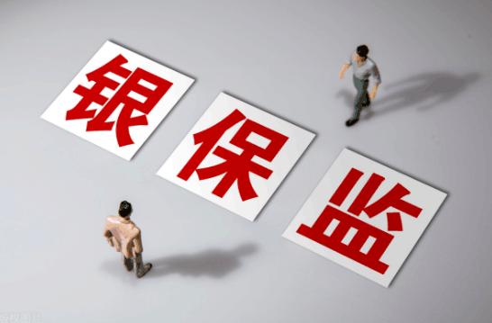"""为支持有意愿的境内保险公司在香港市场发行巨灾债券,银保监会近日发布《关于境内保险公司在香港市场发行巨灾债券有关事项的通知》(以下简称《通知》)。  银保监会指出,《通知》的发布,对稳定巨灾风险分散成本,形成多层次巨灾风险分担机制,支持香港金融中心建设具有重要意义。下一步,银保监会将持续跟踪《通知》执行情况,确保公司依法合规开展巨灾债券发行工作,着力构建多层次巨灾风险分散机制。  转移巨灾风险损失  《通知》明确了巨灾债券的适用范围。《通知》指出,保险公司为转移地震、台风、洪水等自然灾害事件或突发公共卫生事件的巨灾风险损失,可以通过特殊目的保险公司在香港市场发行巨灾债券。  《通知》还明确在香港地区设立的特殊目的保险公司(SPI)应当满足的条件,包括经香港保险监管机构核准,能与向其分出保险风险的保险公司实现破产隔离;其资产由符合香港保险监管机构要求的金融机构托管;对向其分出保险风险的保险公司的最大赔付责任,建立覆盖分出再保险合同完整存续期的全额现金质押、资产保全或其他具有同等保护作用的保护机制。  《通知》指出,保险公司应当通过签订再保险合同的方式,将相关巨灾风险分保给符合上述条件的特殊目的保险公司。  按照《通知》,特殊目的保险公司作为境外再保险人,应当在中国再保险登记系统中进行登记,登记时需提供公司名称、公司地址、香港保险监管机构营业许可等信息。完成登记的特殊目的保险公司,自动进入合约首席及最大份额接受人有效清单。  《通知》要求,保险公司通过特殊目的保险公司发行巨灾债券,应当严格遵守本通知以及内地和香港地区的相关法律规定,加强对巨灾债券的法律、信用、流动性等风险的监测和分析,制定应急处置预案,保证巨灾债券交易合法、合规、安全。  此外,《通知》还明确保险公司发行巨灾债券的信息报告要求。保险公司应当在特殊目的保险公司发行巨灾债券后的十五个工作日内,将巨灾债券有关情况报告银保监会或其省一级派出机构。  推动巨灾保险制度设计  业内人士指出,巨灾保险作为防范化解各类灾害风险的市场化机制,在管理风险、经济补偿和撬动资源等方面具有独特优势。  """"我国巨灾保险虽然取得了较大发展,但整体看来仍处于起步阶段,保险产品不够丰富,保险覆盖还不全面,保障区域不够平衡。巨灾保险发展中面临的主要问题,主要是因为其'风险模糊''低频高损'的特点而导致。""""银保监会相关负责人此前表示。  据了解,银保监会将推动形成全国统筹、各方参与、市场化运行、全方位保障的巨灾保险制度设计,切实为人民群众生命财产安全提供更加全面的保障。  一是统筹推进,推动将台风洪水等灾害纳入巨灾保险制度体系,完善支持配套政策,丰富具有中国特色的巨灾保险理论体系,把好发展方向。二是深化协同,探索建立跨部门、跨行业的协同共享机制,推动共建统一的灾害数据管理体系和巨灾风险数据库,形成发展合力。三是高效运作,充分调动行业参与的主动性和积极性,提升科技赋能水平,推出线上服务平台、巨灾模型等工具,加快发展步伐。四是全面保障,继续提高巨灾保险承保能力,探索建立全国统一的多层次风险分散机制,创新丰富多灾因巨灾保险产品,提升宣传销售力度和理赔服务质量,提高保障能力,进一步发挥保险防灾减灾作用,切实提高整个社会抗击自然灾害风险的能力水平。"""
