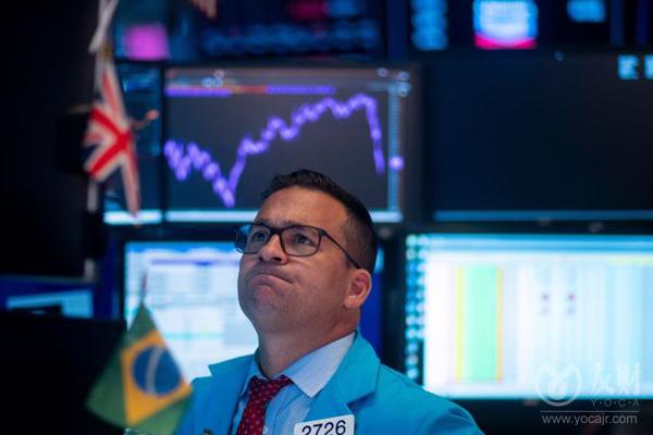 """【友财网外汇资讯】-10月11日讯,三大指数在国庆后首个交易日涨跌互现,沪深两市成交额再次超过1万亿元,3400余只个股上涨,中国平安涨7.73%,成交额超110亿。权重股走高带动上证50指数收涨1.85%。油气概念股走强,潜能恒信封板;MINI LED概念股异动,三安光电一度冲击涨停;电力股尾盘有所回升,新中港涨停。盘面上,农业种植、油气开采、体育产业、猪肉等板块涨幅前列,绿色电力、PVDF、HIT电池、煤炭等板块跌幅居前。  隔夜美股三大指数集体收跌,纳指跌0.51%,当周累涨0.09%;标普500指数跌0.19%,当周累涨0.79%;道指跌0.02%,当周累涨1.22%。能源板块涨超3%,石油天然气类股普遍上涨,APA涨约7%领跑。热门中概股普涨,人人公司涨超44%,爱奇艺涨7.6%,虎牙涨超5%,腾讯音乐、掌门教育、阿里巴巴、百度、迅雷、斗鱼、知乎、京东均涨超3%。  在今日的券商晨会上,银河证券指出,结合十一黄金周的消费数据来看,2021年可选渠道的向上恢复弹性空间更大;东北证券称预计年内通胀仍将保持高位;中金公司则表示拉尼娜气候或将加剧大宗商品价格波动。  银河证券:2021年推荐可选消费的逻辑不变  银河证券指出,结合十一黄金周的消费数据来看,2021年可选渠道的向上恢复弹性空间更大,表现或优于必选消费渠道。8月社消同比增速回落至2.5%,增速表现略低于预期,受夏季汛情、疫情小范围反复等冲击,叠加暑期的消费淡季影响,7-8月整体零售消费表现较弱;由此在""""金九银十""""的消费旺季来临之际,各地也积极通过促消费政策刺激带动中秋、国庆的居民消费热情。在此背景下,我们继续维持2021年年度策略中""""数字化""""大主题、推荐可选消费的逻辑不变,alpha将成为预期收益的重要来源""""的主线,重点推荐经营确定性较高、具备一定品牌影响力的制造品牌商与具备一定保价和顺价能力的渠道品牌商;同时建议关注购百、超市、专业连锁、电商及服务、化妆品、一次性卫生用品板块内的优质标的。  东北证券:预计年内通胀仍将保持高位  东北证券指出,2021年内受限于""""能耗双控""""政策束缚,通胀仍将保持高位,我们预计中性情境下四季度PPI中枢或为8.7%。但能耗双控对大宗商品的供需两面均会产生影响,故在当前内需偏弱的背景下,""""能耗双控""""限产政策一定程度上对PPI会有所支撑。  中金公司:拉尼娜气候或将加剧大宗商品价格波动  中金公司研报认为,2021年8月,NOAA宣布拉尼娜现象有再次上演的迹象,气候再次反转在即。拉尼娜气候可能引发得寒冷天气或将利好能源、煤炭、纺服化纤、尿素化肥等相关产业链,加剧市场对冬季能源短缺的担忧,在一定程度上推升天然气、取暖油、煤炭、棉纺织、化肥等大宗商品价格。  (来源:财联社)"""