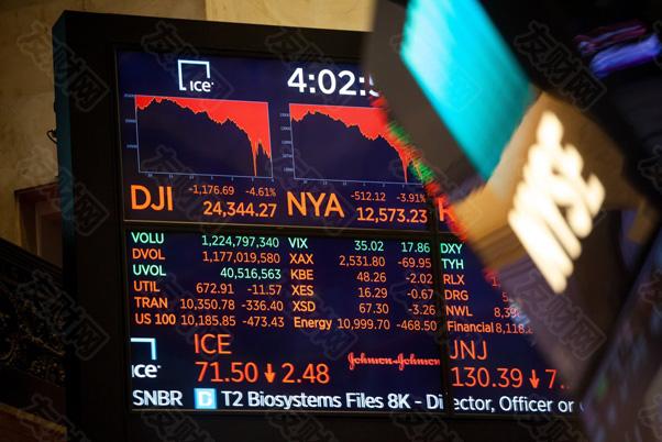 """【友财网外汇资讯】-周一央行开展100亿元逆回购操作,单日净回笼1,900亿元。市场人士指出,本周公开市场资金到期量较大,叠加10月是缴税大月,地方政府债券发行也将进一步提速,对资金面形成较大压力。  10月资金面或难现宽松  财联社记者统计数据显示,本周共有5,100亿元逆回购和5,000亿中期借贷便利(MLF)到期,合计到期1.01万亿元。  华南某城商行资金交易员对财联社表示,周一早盘资金面较为紧张,机构对后续流动性态度偏谨慎,因此融出较少,11点之后X-REPO(质押式回购匿名点击业务)系统资金有所松动,短期仍需密切央行公开市场操作力度。  市场人士同时指出,""""十一""""假期后央行重回100亿元逆回购操作的模式,略低于市场预期。四季度,综合考虑国债及地方债发行加速、缴税大月和公开市场操作大量到期等因素影响,10月市场流动性面临一定压力,预计资金面整体难现宽松。  不过,""""十一""""期间,居民现金提取需求增加,对银行体系的短期流动性形成一定扰动,节后居民资金回流,或将对银行体系现金压力有所缓解。此外,据往年数据,10月银行存款预计将减少,受此影响,法定存款准备金也将同步减少。同时考虑财政支出力度的季节性规律,预计10月财政存款将增加6,000亿元。  市场人士预计,当前央行货币政策的前瞻性、有效性有所提高,政策工具充足,预计市场流动性并不会出现明显波动。  近日,有消息称地方专项债发行将于11月末结束,12月不再预留额度。市场人士预计,若12月发行占比回归至往年均值2%,则10月和11月地方债净融资规模将由0.38万亿大幅升至1.5万亿,地方专项债发行提速将对资金面形成一定压制。  东北证券首席宏观分析师沈新凤称,1-9月国债净融资、地方政府新增专项债分别完成全年额度的48%、68%,四季度发行压力不小。结合国债发行计划等因素判断,预计10月国债净融资将达3,968亿元,而新增地方政府债4,061亿元,抵扣再融资后的地方政府债到期378亿元,政府债净融资3,683亿元,向市场回笼部分流动性。  信达证券首席固收分析师李一爽表示,10月政府债净供给规模或仍不低,但考虑央行仍将对政府债发行、税收缴款等因素扰动进行对冲,预计10月资金利率仍将围绕政策利率波动,但在偏低的超储率与非银资金缺口抬升的背景下,资金面波动性或仍将放大。  (来源:财联社)"""