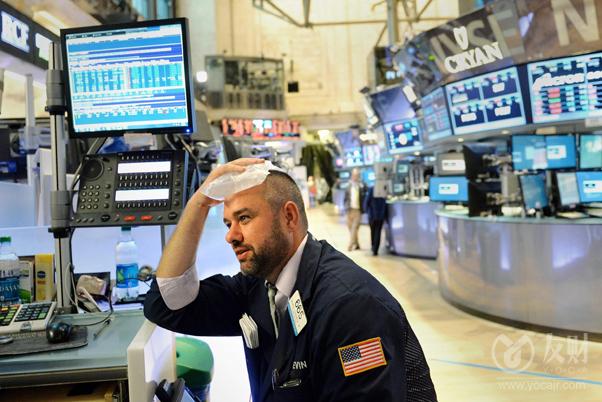"""【友财网外汇资讯】-截至昨日收盘,沪指跌1.25%,深成指跌1.62%,创业板指跌1.81%。盘中三大指数一度均跌超2%,临近尾盘略有回升,下跌个股超3600只,沪深两市成交额连续2天不足万亿元。电力板块午后探底回升,新中港上演""""地天板"""",晋级4连板,闽东电力反包涨停,个股分化明显。医美板块全天强势,燃气、钢铁等板块均大幅下跌。盘面上,医美、医药商业、房地产服务、CRO等少数板块上涨,语音技术、PVDF、抽水蓄能、鸿蒙等板块跌幅居前。  隔夜美股小幅收跌,道指跌0.34%,纳指跌0.14%,标普500指数跌0.24%。大型科技股普遍下跌,苹果跌0.91%,亚马逊涨0.03%,奈飞跌0.33%,谷歌跌1.77%,Facebook跌0.52%,微软跌0.46%。能源股表现疲软,埃克森美孚跌0.47%,雪佛龙跌0.01%,康菲石油跌0.69%。银行股多数下跌,摩根大通跌0.85%,高盛涨0.38%,花旗跌1.44%,摩根士丹利涨0.54%,美国银行跌0.62%。  国际货币基金组织预计,2021年美国经济增速为6%,较前预测值大幅下调1个百分点。  今日券商晨会上,海通证券建议投资者宜多看少动,静待市场见底后逢低布局;中金公司建议投资者关注汽车零部件板块投资机会;中原证券预计沪指短线小幅震荡的可能性较大。  海通证券:投资者宜多看少动,静待市场见底后逢低布局  海通证券指出,近期市场突然缩量和杀跌,多数是情绪等因素主导的,只要悲观情绪缓解,市场或会重现机会。三季报已经正式拉开帷幕,政策方面也有松动协调的迹象,大跌之际,并不是悲观的时候,反而是可以考虑适当低吸的时候,尤其是此前调整较多但业绩预期大增品种。同时对于处于低位的价值股,也可适度关注。操作上,宜多看少动,静待市场见底后逢低布局。  中金公司:建议关注汽车零部件板块投资机会  中金公司研报称,2021年汽车零部件板块市值涨幅跑输乘用车板块,估值相对滞涨,主要由于市场对零部件行业存两大担忧:大宗商品、运费上涨致利润承压;全球芯片紧缺致下游排产低于预期。当前股价对以上利空已有所反映,向前看,随着大宗商品价格、运费回落,芯片供给改善等边际利好出现,对应标的股价有望获得恢复。建议关注零部件板块投资机会:原材料占比较高的轻量化板块、出口占比较高的零部件厂商、补库空间较大的大众产业链。  中原证券:预计沪指短线小幅震荡的可能性较大  中原证券指出,周二A股市场低开低走、震荡下行,隔夜外盘全线下挫,拖累两市股指早盘跳空低开,能源电力、周期行业等前期热门行业轮番下挫,沪指盘中再创近期调整新低3515点,尾盘股指在半年线附近获得支撑,全天沪指基本呈现显著下行的运行特征。节后沪指反弹乏力,再度展现调整走势,市场缺乏核心领涨热点,两市成交量逐级萎缩,市场观望情绪较重,未来不排除继续考验年线支撑的可能,建议投资者密切关注政策面以及资金面的变化情况。预计沪指短线小幅震荡的可能性较大,创业板市场短线小幅下行的可能较大。我们建议投资者短线暂时观望,中线继续关注低估值蓝筹股的投资机会。  (来源:财联社)"""