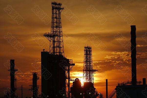 """【友财网外汇资讯】-在去年疫情爆发之初,人们还一度忧心疫情封锁下的经济衰退可能导致全球燃料泛滥,美国最大储油中心库欣更是因库存几近爆表,导致美国WTI原油在当年4月出现了惊世骇俗的负油价场景。然而,谁都没有想到,在时隔短短一年半之后,全球能源市场眼下的处境却已与当时呈现天壤之别——世界正陷入一场自上世纪70年代以来从未见过的新型能源危机之中!  全球能源市场在本世纪以来,或许还从未经历过如此乱象:无论是布伦特原油还是美国WTI原油,近期均已升破了80美元/桶大关,创下多年高位;美国民众已连续多月面临着高于3美元/加仓的汽油价格;欧洲天然气价格的飙升引发电力价格翻倍式飞涨,英国加油站前则排起了长龙,多个行业因断电也歇业。  在亚洲,""""世界工厂""""中国的""""限电潮""""席卷了多个省份;黎巴嫩举国停电,短期内丝毫看不到恢复的希望;印度部分发电厂的煤炭库存则已全部耗尽……  在能源领域,人们过往在追根溯源时通常会将其细分成两大类:一次能源和二次能源。一次能源也称天然能源,是指从自然界取得未经改变或转变而直接利用的能源,例如原油、天然气、水能、风能、太阳能、海洋能等;二次能源则是指由一次能源经过加工转换以后得到的能源,例如电能、汽油、柴油、液化石油气和氢能等。  历史上,因价格飞涨而引发的一次能源危机案例往往更为常见,持续时间也通常更久,例如上世纪70-90年代爆发过的3次石油危机,就均属于一次能源危机的范畴。此类危机爆发的波及范围往往更为具有全球性,世界主要经济体的经济发展都可能因此受到明显影响。  而相比之下,二次能源危机则通常更具有地域性和意外性,多是由极端天气或自然灾害等引发,例如2012年日本电力危机、2019年美国加州电力危机、2021年美国德州电力危机等,同时持续的时间也相对较短。  然而,在当前这一回的全球能源涨价潮中,我们可以清晰地看到,此次市场可谓兼具了一次能源危机和二次能源危机的特征:一次能源和二次能源(电力)的价格双双同步飞涨,各行各业和金融市场受影响的范围和程度也明显较深。这或许也是当前与以往能源危机的最大不同之处——历史上一次能源危机爆发时,通常并未显著影响到电力等二次能源;而地域性的二次能源危机爆发期间,一次能源的价格也整体表现相对稳定。  事实上,究其差异的根源,本轮能源危机突然爆发的源头其实有以下几点:  首先也是最本质的原因,在于全球能源结构的转变。近年来,全球各主要经济体都制定了更为激进的减排目标。美国政府在今年承诺,将在2030年前将温室气体排放量在2005年的基础上减少50-52%,2050年前实现""""碳中和"""",而欧盟和英国的目标更是想要在2030年前将温室气体排放量在1990年的基础上分别减少55%和78%。  全球能源结构的转变直接导致煤炭比重大幅降低,可再生能源的比重则迅速提高,其中欧洲地区调整较快,可再生能源的比重已逐渐高于传统能源。在绿色新政的影响下,能源的巨头们也纷纷削减了增加油气产能的投入。事实上,即便是面临着目前高油价的诱惑,美国页岩油生产也远未恢复到疫情前的水平。  而一系列季节性和偶然性因素的集中爆发,也成为了引爆本轮能源危机的导火索。在欧洲方面,年初以来由于长时间出现超高压天气,海上风速大幅下降,风力发电量随之骤降。全球多地的严重干旱也导致了水力发电功率的不足。  天然气作为上述绿色电力来源的主要替代品,相关需求出现了大幅升温,加之供给弹性严重受限,能源市场上随即上演了欧洲和亚洲买家竞相抢购液化天然气的场景,天然气价格的飙升此后又传导到了污染程度更高的煤炭身上,最终推动天然气、动力煤及油价全线大涨,各地电力价格也应声走高。  由于上述这些因素的影响在短期内很可能延续,全球能源领域也因此出现了越来越多的贸易壁垒。目前,天然气市场的政治博弈主要集中在欧洲、美国和俄罗斯三方,一些欧美政客抨击俄罗斯故意减少供给,以胁迫欧美放行""""北溪2号""""输气管道项目,最终将能源""""武器化""""以换取更多政治利益,俄罗斯方面则坚决否认。而最终,无论俄罗斯方面是有意敲打欧洲,还是自身也面临实质性的局部供不应求,各国间的相互猜忌显然已在能源市场上悄然滋生。  回顾历史上的三次石油危机  尽管当前的全球能源危机,有着上述提到的种种特殊性,人们很难从历史上找到完全相似的案例。不过,作为历史上最经典的几大能源涨价引发的经济危机案例,我们或许依然有必要回顾一下上世纪70-90年代所发生的三次全球性石油危机。  第一次石油危机发生在1973年10月-1974年3月期间,危机持续时间将近半年。这个时间点正好是第四次中东战争的时间,埃及和希腊正努力攻占以色列的西奈半岛和格兰高地。由于以美国为首的西方国家支持以色列,所以阿拉伯国家石油输出组织决定采取石油禁运措施。最初针对的国家是加拿大、日本、荷兰、英国和美国,禁运后来又扩大到了葡萄牙"""